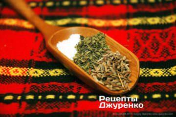 Специи в кебабы: соль, чабер и зира.