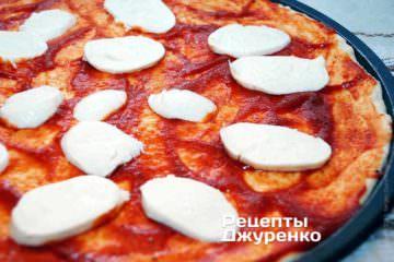 Разложить на пиццу моцареллу.