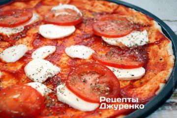 Разложить помидор и посыпать орегано.
