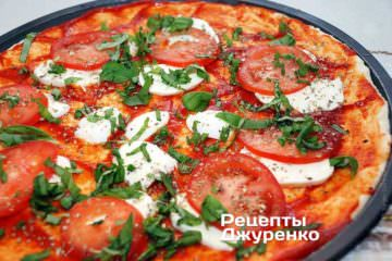 Посыпать пиццу нарезанным базиликом.