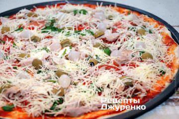 Посыпать пиццу пармезаном.