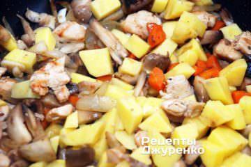 Добавить очищенный и нарезанный кубиками картофель.